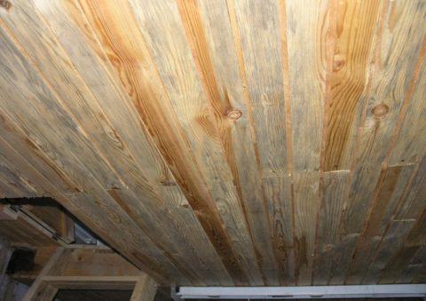 Потолок из вагонки покрывается плесенью