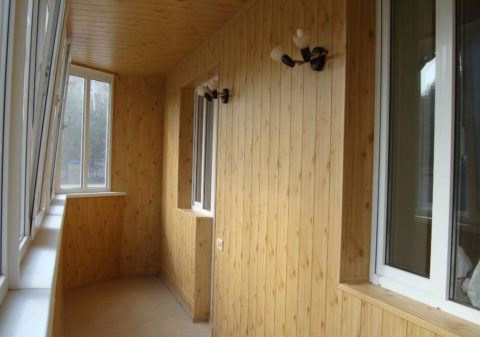 С первого взгляда не всегда можно понять, какой вагонкой облицованы стены – деревянной или полимерной